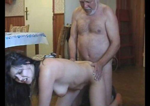 porno-video-vzyali-siloy-doch
